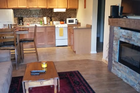 Charming Cabin Feel, Ski On/Off Condo Convenience!
