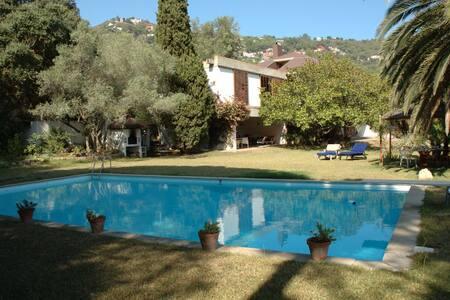Casa con piscina a 500m del mar - ベグール - 別荘