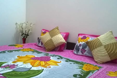 Cozy Room w/ European Bathroom (Jaypore House B&B) - New Delhi - Bed & Breakfast