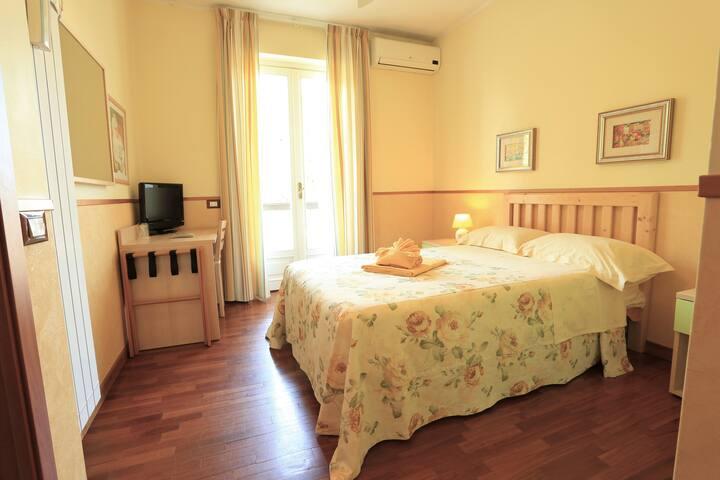 Camera  3 con balcone, letto alla francese, bagno interno En suite room with mid size bed and balcony