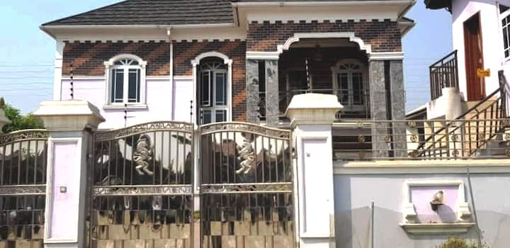 4 bedroom duplex in a safe neighborhood all ensuit