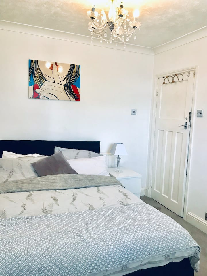 Double private en-suite room in a lovely house