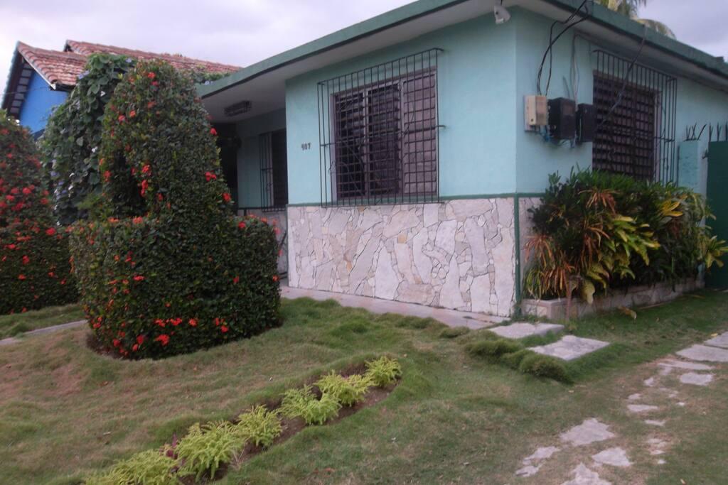 Entrada de la casa tomada desde entrada al garaje