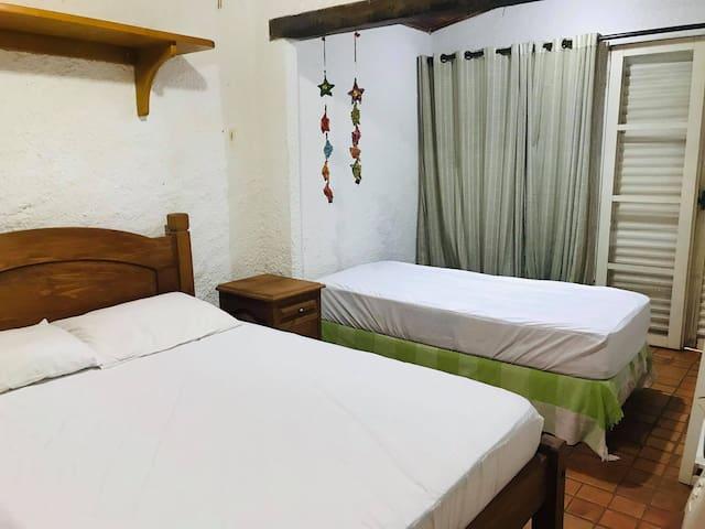 Quarto de hóspede 1 cama de casal (somente com o protetor) - roupas de cama hóspede deve levar.  1 cama de solteiro