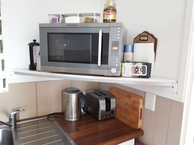 Kitchen items. Convection microwave and accessories.