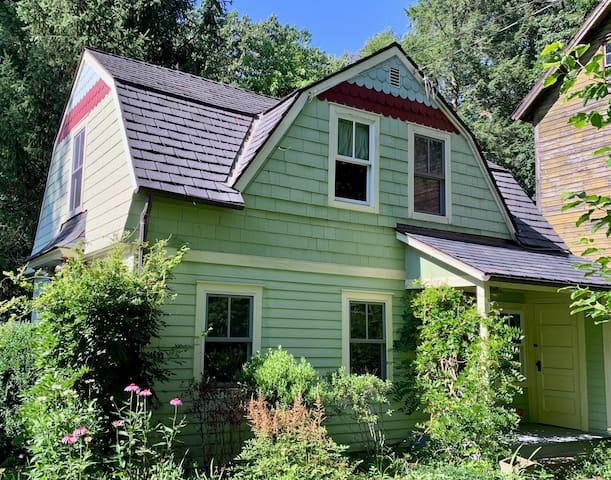 Cozy Northern Westchester Artist/Writers Cottage