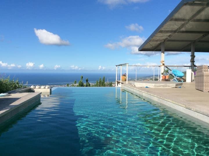 Maison d'archi en hauteur avec piscine,  jacuzzi,