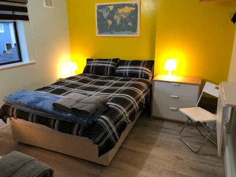 Comfy Yellow Private Room City Centre