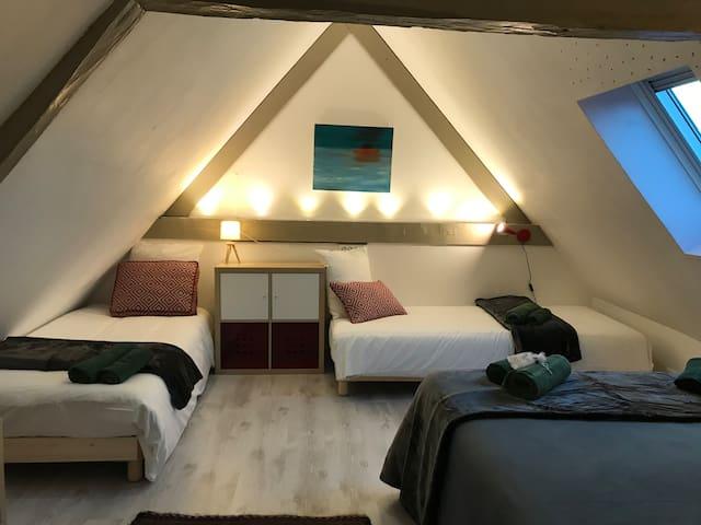 La deuxième chambre de l'étage - 1 lit double avec sur-matelas à mémoire de forme (140x200) et 2 lits simples (90x200)