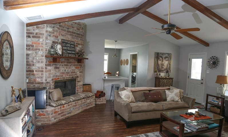 **Spacious Ranch style 3 bed 2 bath (Monthly)**