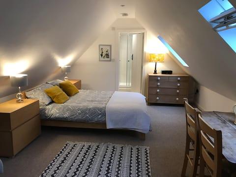 The Loft @Lime Cottage: private stylish loft space