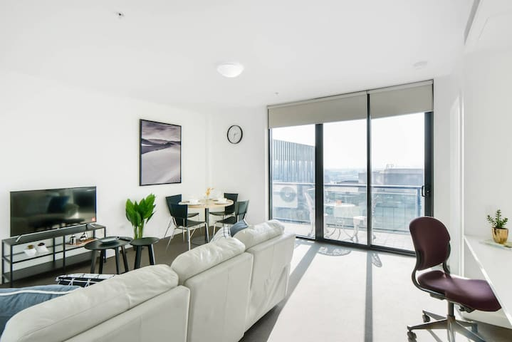Spacious & Modern 1BR ⌂ GREAT for Work!  →5min CBD