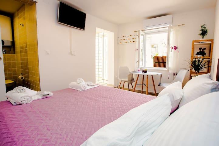 https://www.facebook.com/New-cozy-apartament-Aquaro-320851051964964/