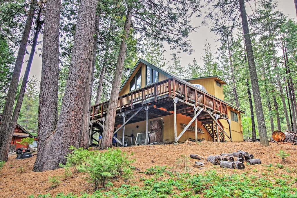 There's plenty of room to spread out in this 1,450-square-foot cabin.
