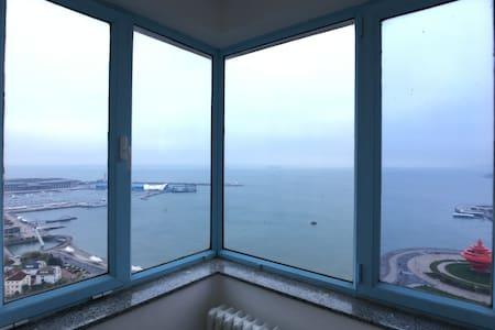 「270°海景房」距海200米-鸟瞰浮山湾/五四广场/奥帆中心-楼下看灯光秀/2号线地铁口200米