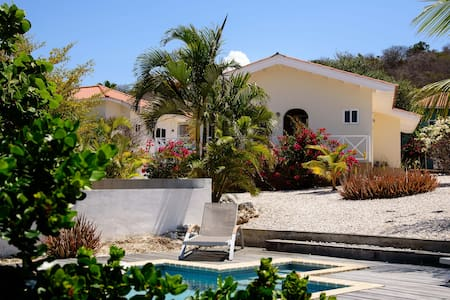 Detached Bungalow Blenchi with  pool + jacuzzi