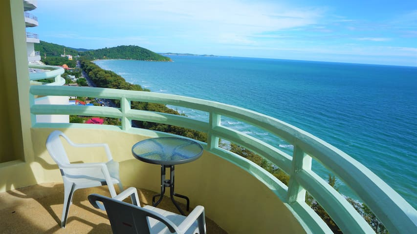 ★Spacious Beachfront 1 BR with GREAT Sea View