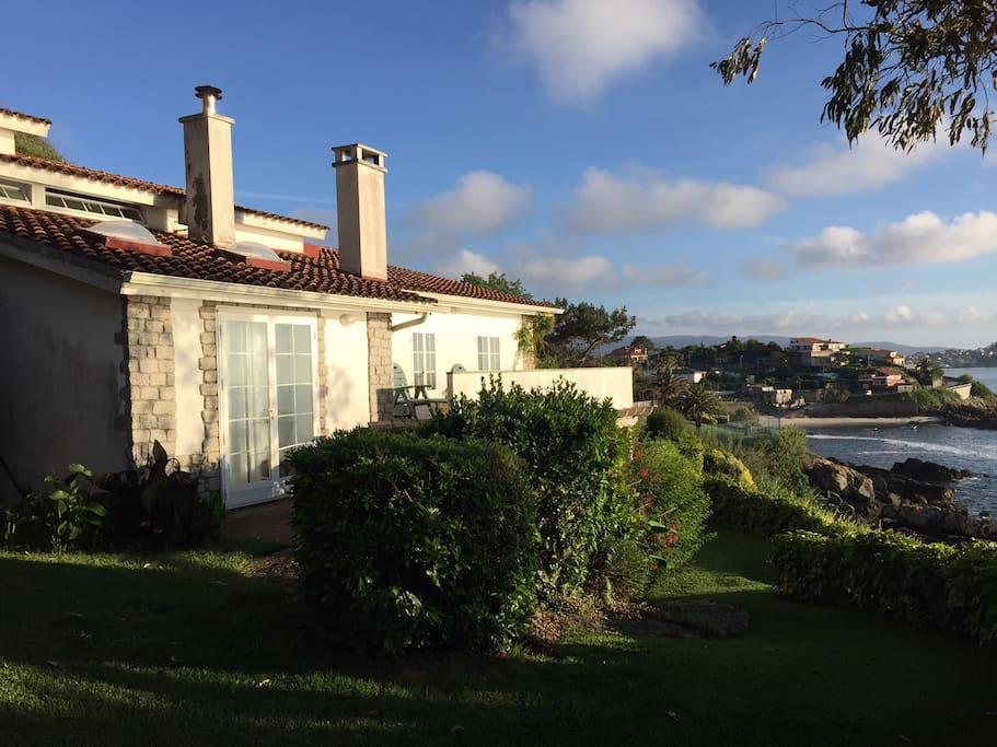 Casa jard n orilla del mar frente a las islas c es casas for Apartamentos jardines del mar