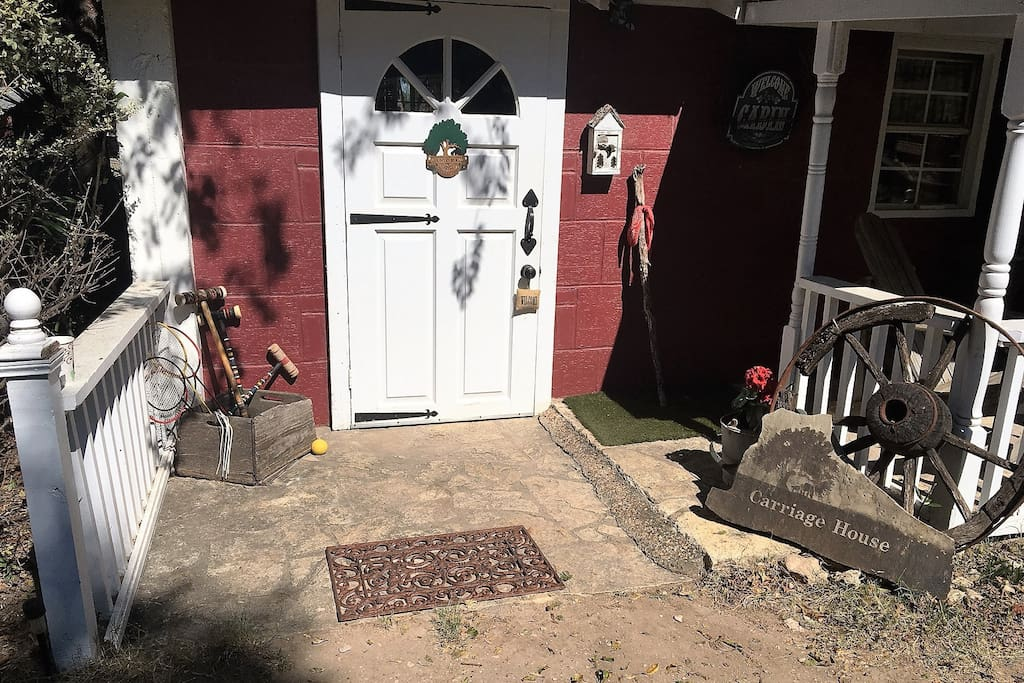 Carriage House Cabin , 1 Queen and 1 Full Bed, Full Kitchen, Rock shower, Cookout Grill, Campfire Circle, Walk downtown along river