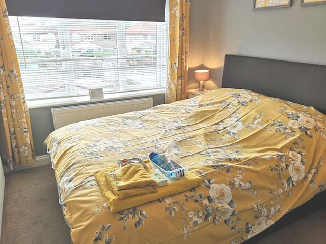 Very comfortable double room  Freshly decorated  All new bedding  Smart tv with Netflix and Wi-Fi  Has blinds  Black blind and curtains Complimentary items  Fresh towels  Shower gel ,tooth paste and tooth brush  All you need for a nice cosy nights
