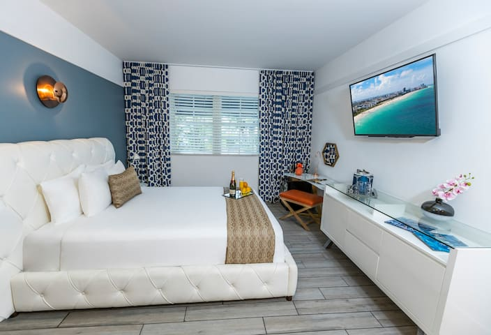 Miami Beach Mid-Beach Room with Queen Bed Near the Ocean, with Pool, Restaurant, Beach Amenities
