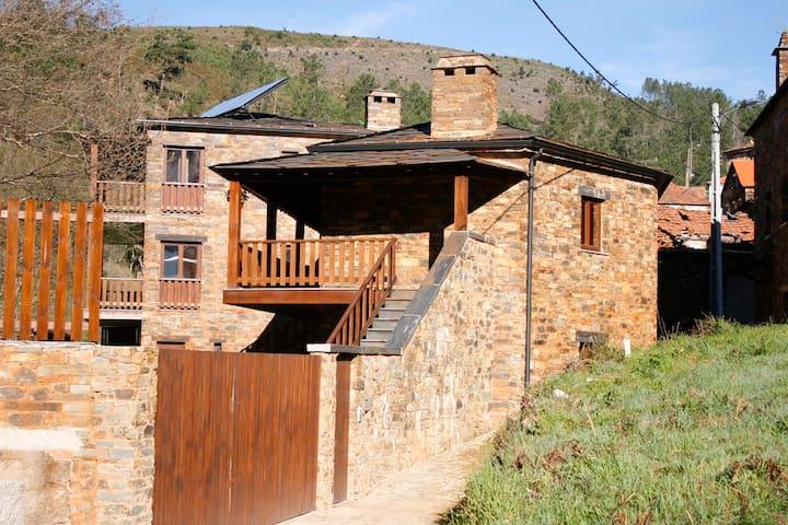 CASAS DO RIO // Espaço Rural // Casa da Água - Fajão - Stadswoning