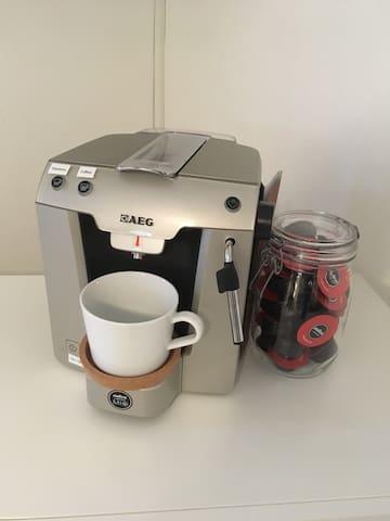 Kaffeemaschine mit integriertem Wasserkocher für Tee