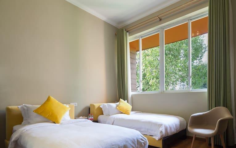 时尚双床房,有对着江景和花园的两种哦