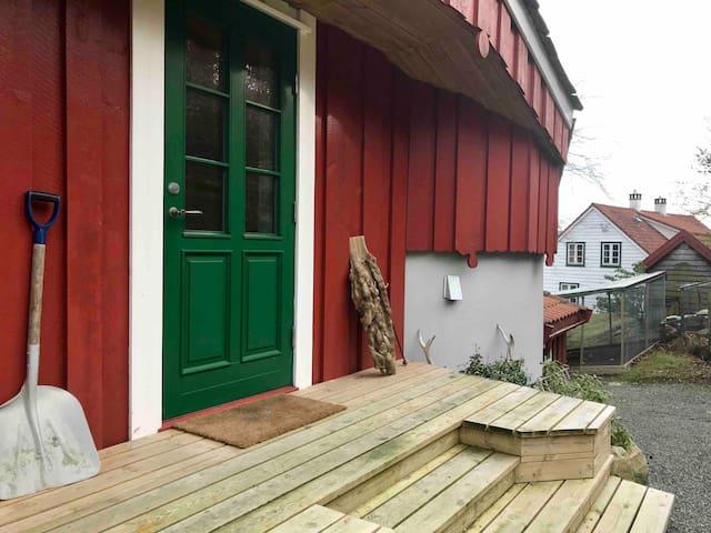 Hybel-leilighet i låve på koseleg, eldre gardstun