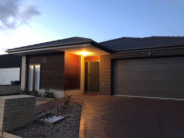 Home Stay - Close to Tarneit Station