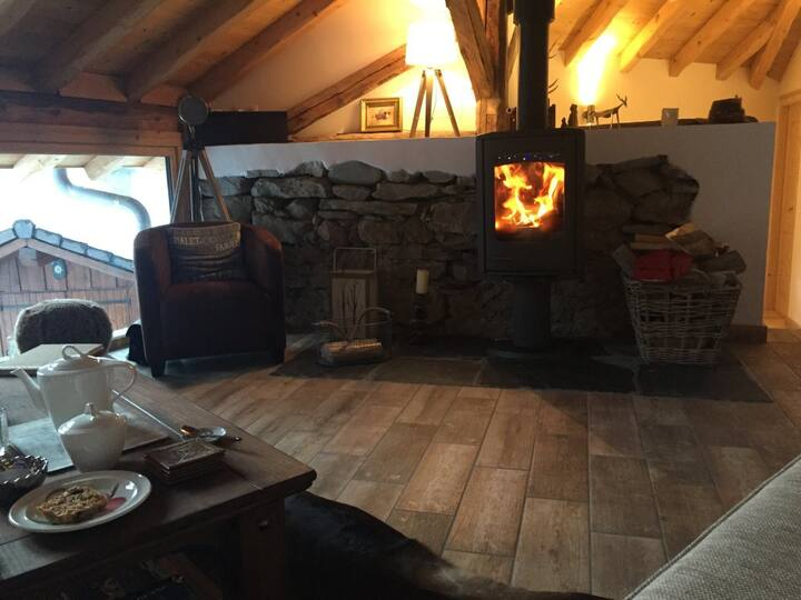 Luxury Chalet, Views, Jacuzzi, 4 mins to Ski Lifts