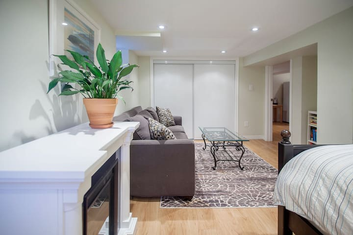 Private Downtown Suite, Steps from Dovercourt Park