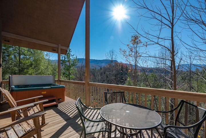 NEW HOT TUB ⛰ views! Close to Gburg GSMNP🌲Pforge 🐻