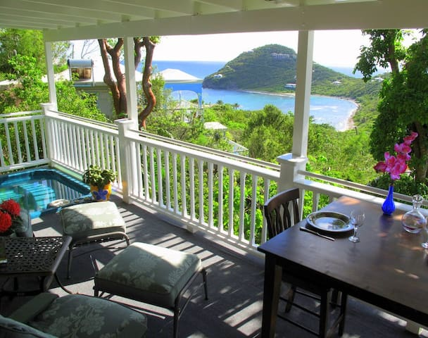 Romantic Honeymoon Cottage, Hot Tub, Wi-Fi, A/C