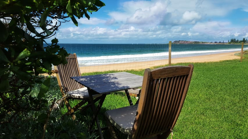 Direct Beach Access; homely beachfront Apartment 4 - Narrabeen