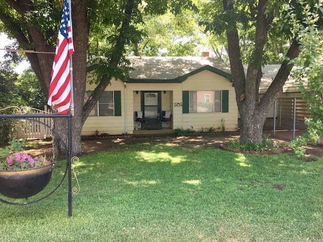 Hill Country Get-A-Way.Quaint. 2 BR. Near Main.