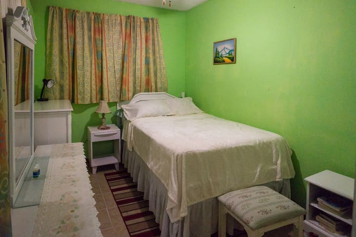 "Comfy Private Room in Kingston's ""Golden Triangle"""