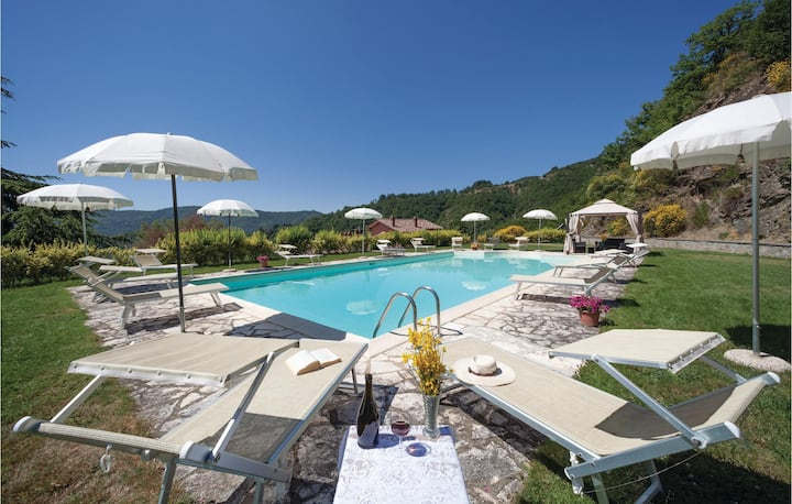 Holiday cottage with 7 bedrooms on 430m² in Cortona AR