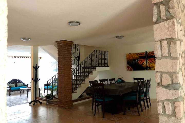 BIG CLEAN BEAUTIFUL FAMILY HOME GREAT LOCATION
