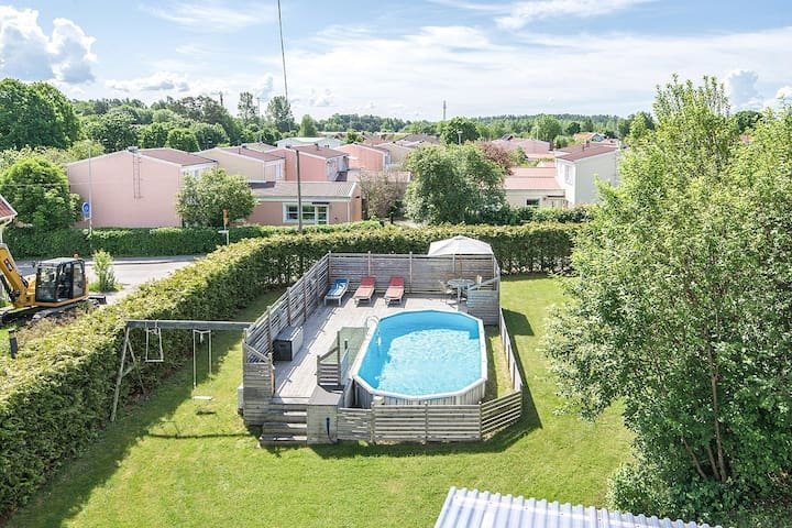 Family friendly with pool easy access to Stockholm