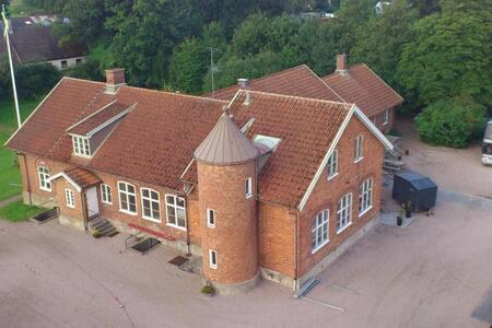 Egen lägenhet i byskola från 1886. Egen ingång.