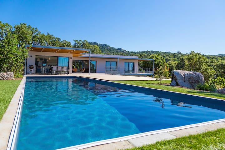 Villa contemporaine aux lignes épurées, piscine