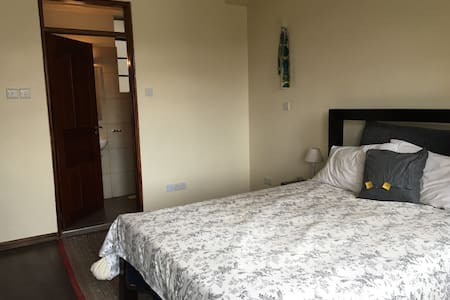 Private room in Kileleshwa apt w/ free WiFi - Apartment