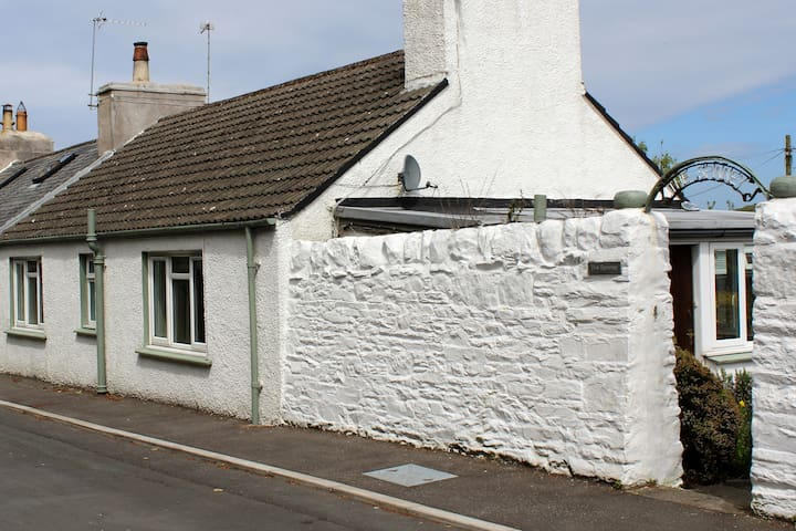 Spinney Cottage for 4 near the sea