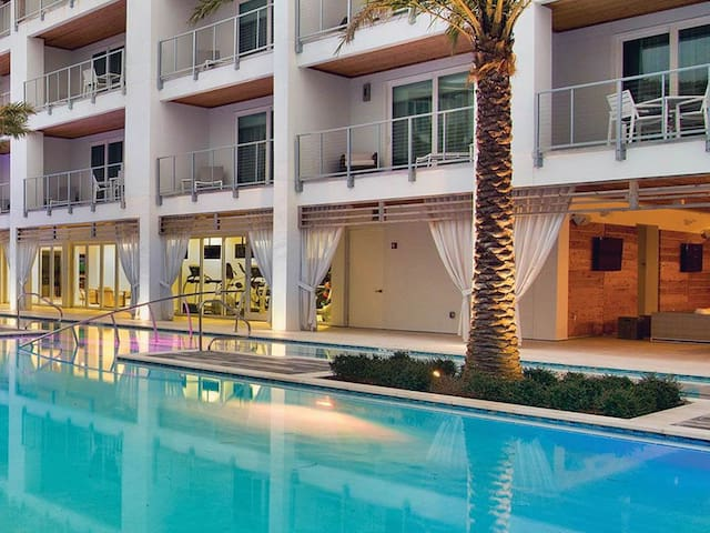 Marvelous Unit, Pool towels provided, Free WiFi, Walking distance to the beach