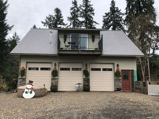 **Unique above garage living only 13 minutes to UO