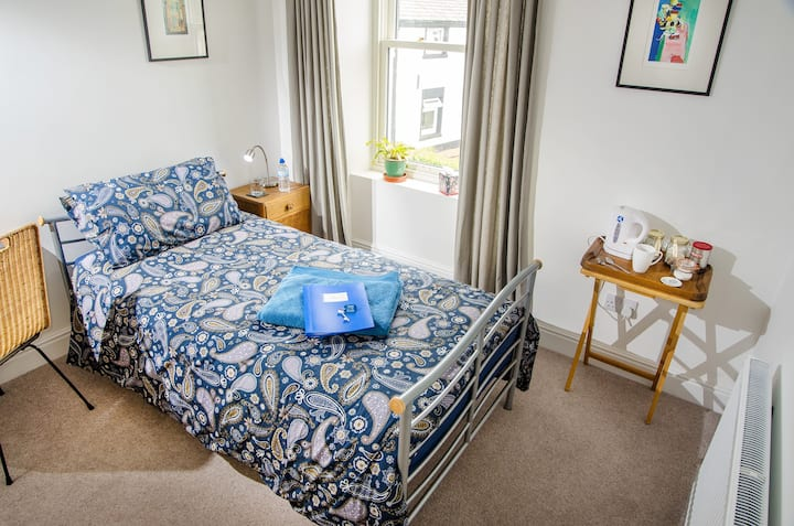 Comfortable Single Room with Guest Bathroom