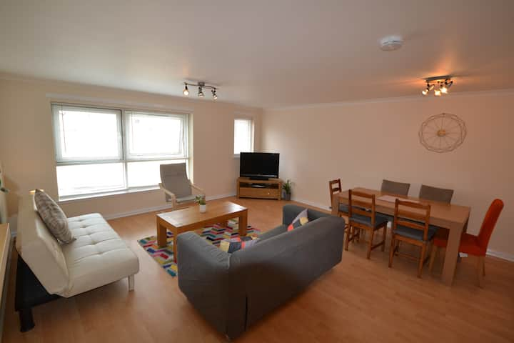 ⭐️Flat in ❤️️ of West End- Parking Space- Spacious ⭐️