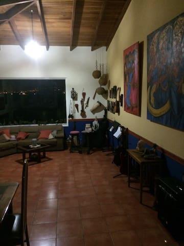 Dormitorio en casa de artistas, - San José - Dorm