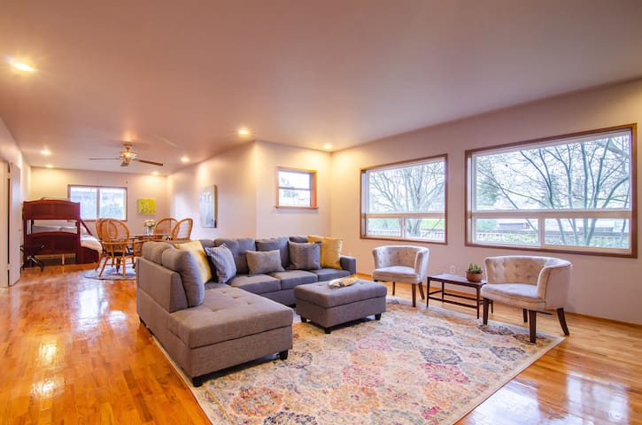 Ballard Area 5bed/3bath - Space for everyone!